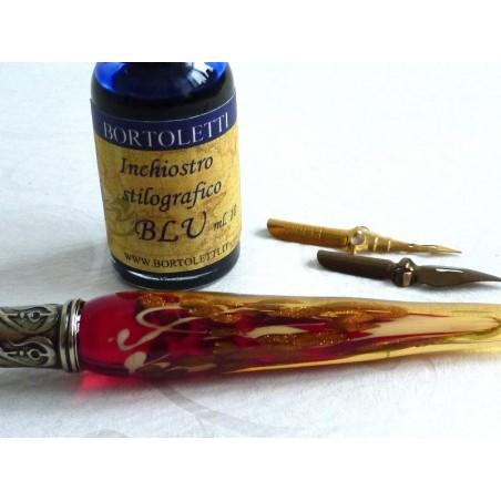 Lehtikullalla lasi kalligrafiaa kynä ja mustetta