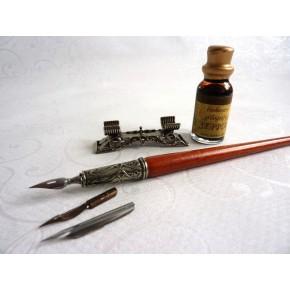 Pluma de caligrafía de madera, tinta y resto de pluma