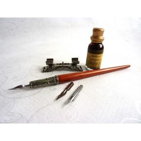 Penna calligrafica legno, inchiostro e penna riposo