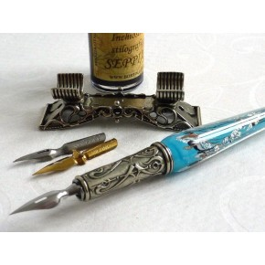 Una pluma de cristal de la caligrafía de la hoja de plata fijó con el resto de la pluma.