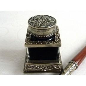 Puiset kalligrafiakynän ja mustepullo