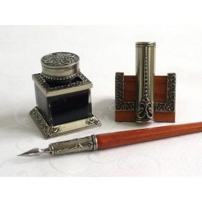 Puiset kalligrafiakynän, mustepullo ja lyijykynä