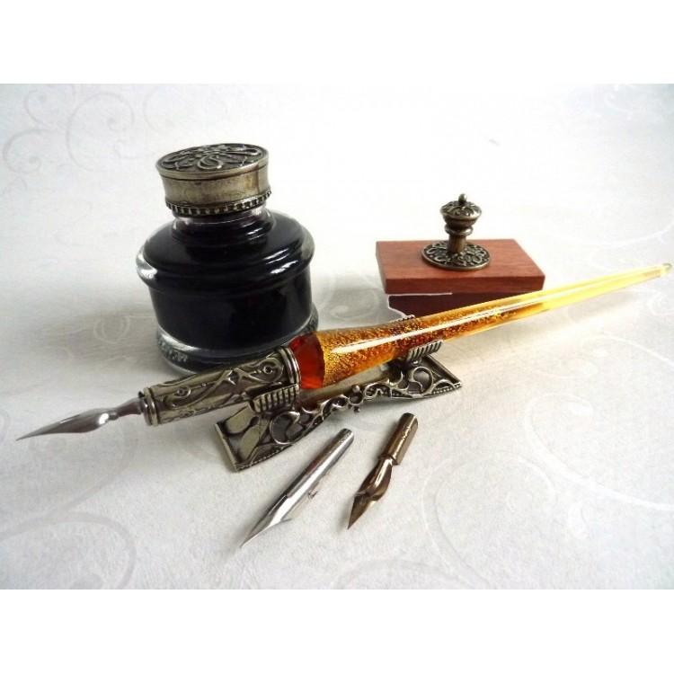 Glazen kroontjespen, inktpot en penhouder