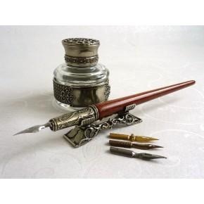 Puinen kalligrafiakynä, mustesäiliö ja kynänpidike