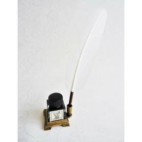 Piuma d'oca bianca con otto pennini e un titolare di inchiostro
