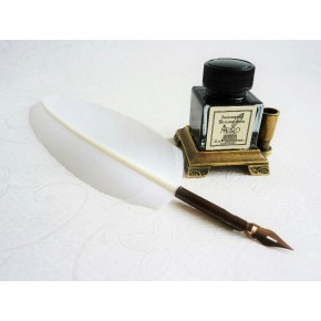 Valkoinen sulka kynä, jossa on kahdeksan terät ja mustetta pidin