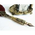 Brun fjäder och tenn quill med bläckhornet och pennhållare