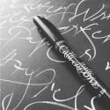 Valkoinen kalligrafia tussilla