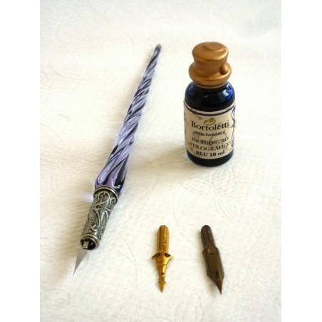Lasi kalligrafiaa kynä ja mustetta kierretty lasi