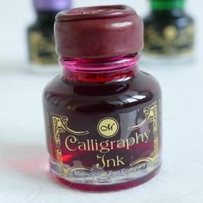 Vaaleanpunainen kalligrafiaa muste