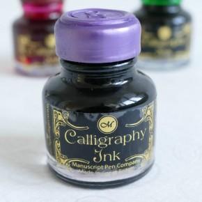 Violetti kalligrafiaa muste