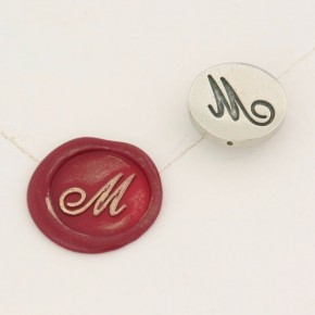 Lettre initiale en bronze cursif