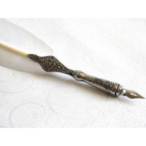 Pluma blanca con bolígrafo de peltre