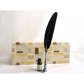 Penna piuma nera, porta scarponi e inchiostro