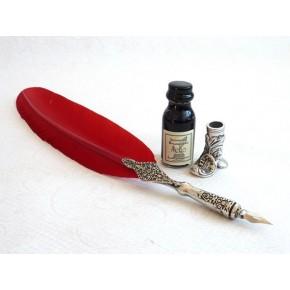 Punainen sulka kynä, saapaspidike ja muste